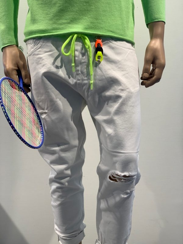 Jeans bianco con rotture e coulisse fluo davanti