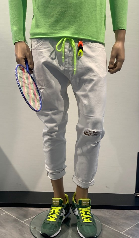 Jeans bianco con rotture e coulisse fluo