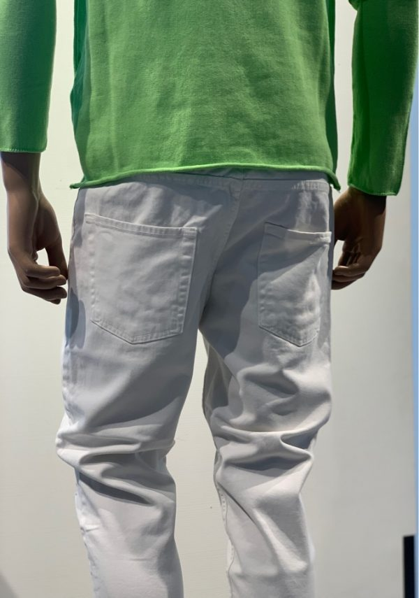 Jeans bianco con rotture e coulisse fluo dietro