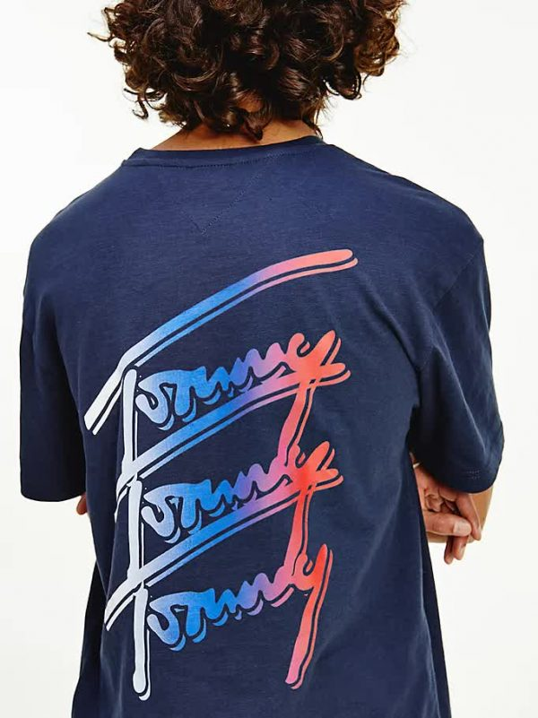 T-SHIRT TOMMY JEANS CON LOGO FIRMA RIPETUTO DIETRO 1