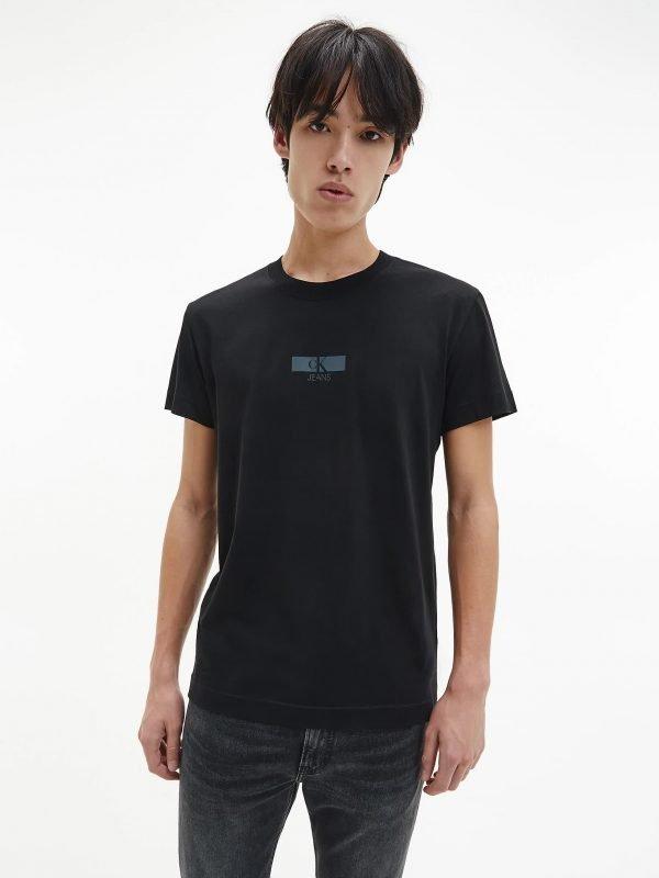T-shirt Calvin klein nera con scritte olografiche